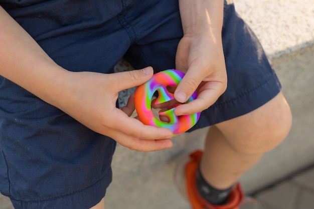 Красочная антистрессовая сенсорная игрушка непоседа push pop it в руках малышей антистресс модная pop it игрушка радужная сенсорная непоседа новые модные силиконовые игрушечные снаперы
