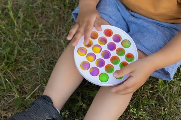 Красочная антистрессовая сенсорная игрушка непоседа push pop it в руках малыша антистресс модная pop it игрушка радужная сенсорная непоседа новая модная силиконовая игрушка