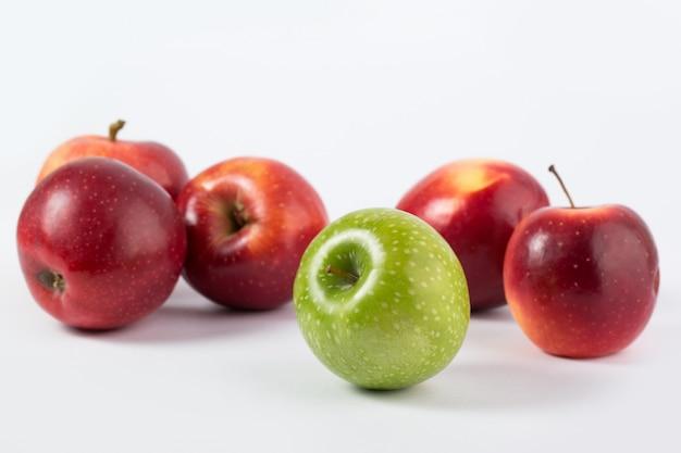 Красочные яблоки свежие спелые вкусные сочные спелые, изолированные на белом столе