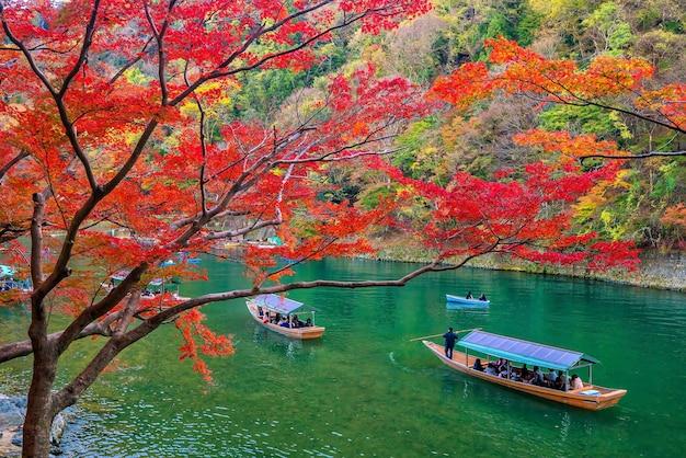 일본 교토의 강을 따라 가을 시즌에 다채로운 아라시야마