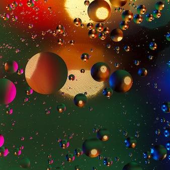 泡とカラフルな人工の背景。