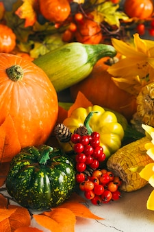 Красочный ассортимент овощей на столе