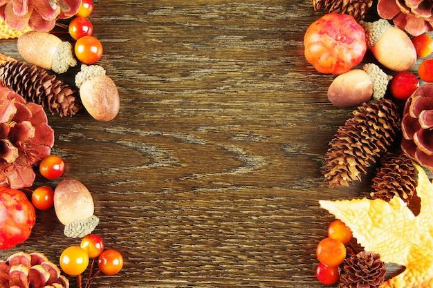 コピースペースのある木製テーブルの秋のカラフルな属性