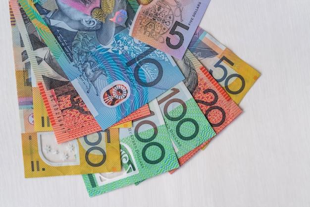 나무 테이블에 누워 화려한 호주 달러