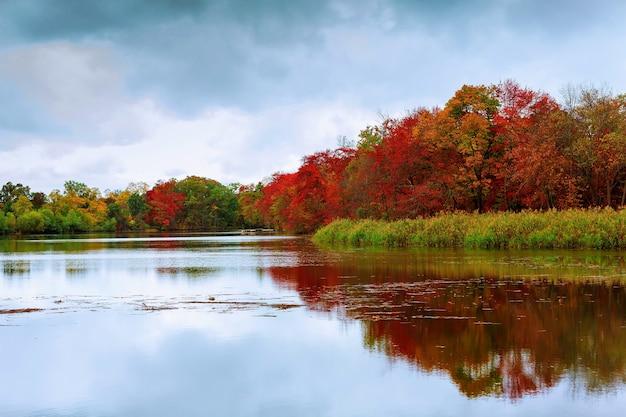 Красочная осень лес озеро река небо облака осеннее озеро небо облако