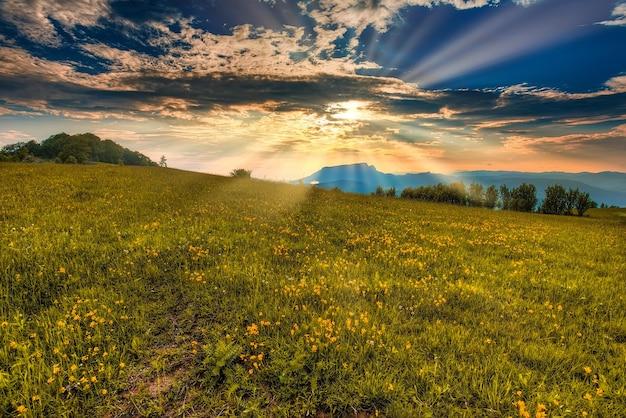 Красочный осенний пейзаж в горах. восход
