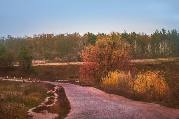 村のカラフルな秋の風景