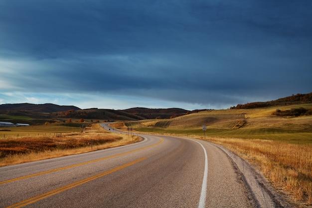 晴れた朝の田舎道のカラフルな秋のシーン