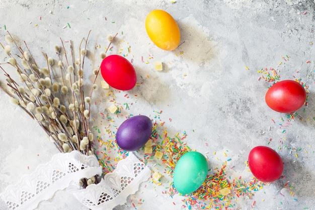 콘크리트에 색 계란 부활절의 화려한 배경