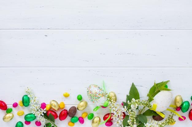 나무 테이블에 색 계란 부활절의 화려한 배경
