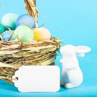 青い背景にイースターの卵が付いたカラフルな背景。ハッピーイースターのコンセプト。ポスター、背景、ホリデーカードとして使用できます。フラットレイ、上面図、コピースペース。スタジオ写真