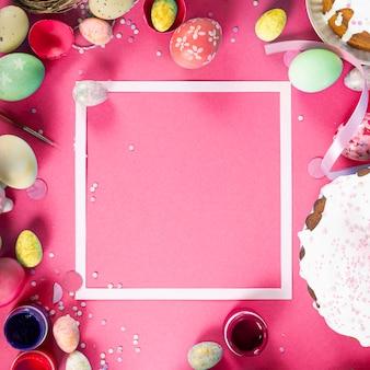 ピンクの背景にイースターエッグとカラフルな背景。ハッピーイースターのコンセプト。ポスター、背景、ホリデーカードとして使用できます。フラットレイ、上面図、コピースペース。スタジオ写真