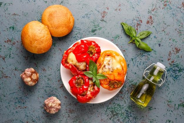 Colorato al forno con formaggio, peperoni ripieni con carne macinata.