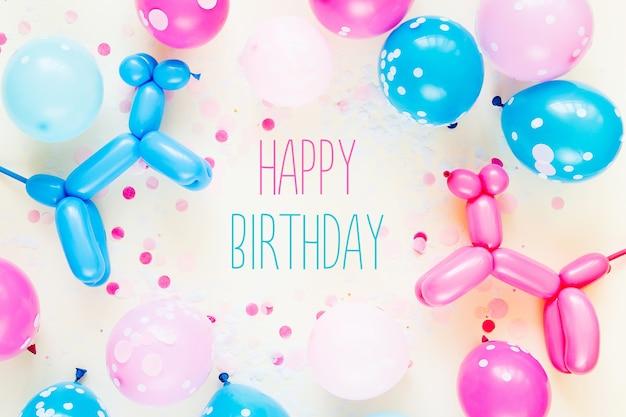 파스텔 색상 배경에 다채로운 풍선과 풍선 개. 축제 또는 생일 파티 개념입니다. 평평한 평지, 평면도.