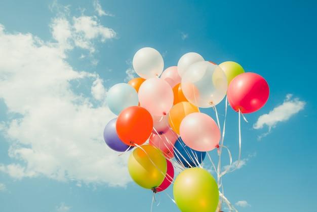 カラフルな風船。夏と結婚式の幸せな誕生日の概念