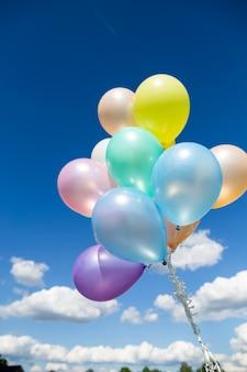 복고풍 필터 효과로 할 다채로운 풍선. 여름과 결혼식에서 행복 한 생일의 개념, 배경에 대한 신혼 여행 파티 사용. 빈티지 색조 스타일.