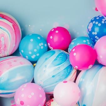 Красочные воздушные шары на фоне пастельных тонов. концепция праздничного или дня рождения.