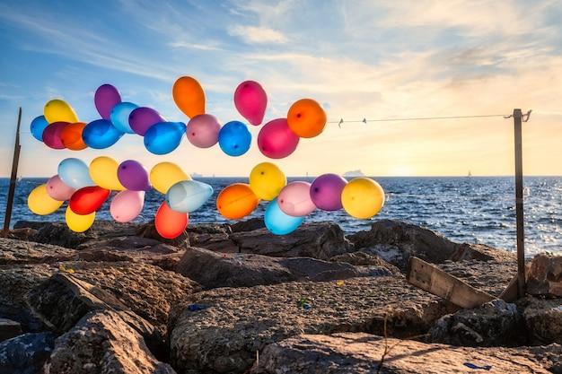 이스탄불에서 바다 근처 문자열에 다채로운 풍선