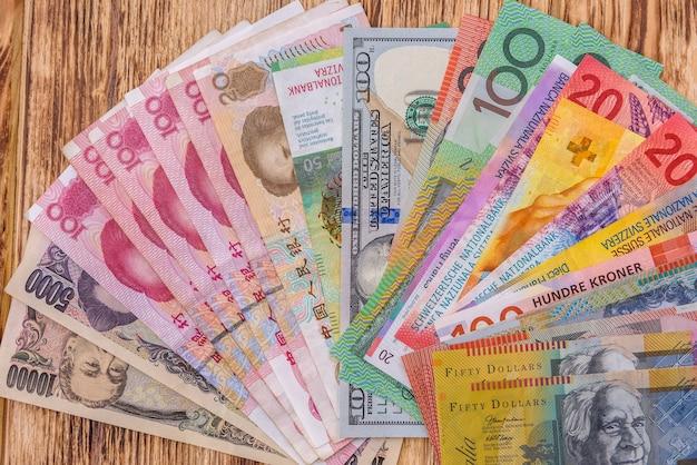 나무 테이블에 팬에 다채로운 지폐