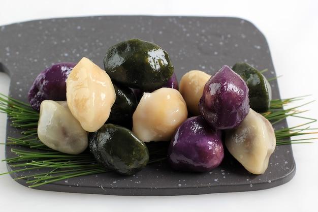 カラフルなバラムテオクまたはゲピテオク(豆餡を詰めた餅)。元日や韓国の感謝祭の日に食べられる韓国の伝統料理です。テキスト用のコピースペース