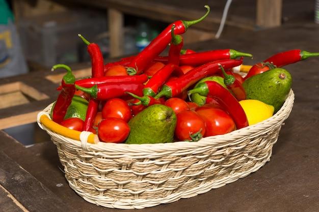 新鮮な果物や野菜のカラフルなバスケット