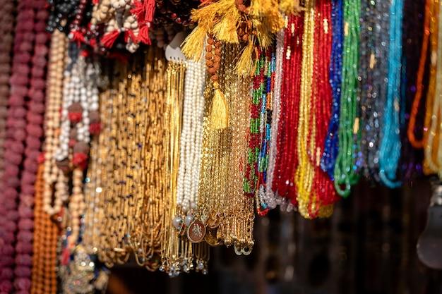 Красочные украшения из бисера на индийском уличном рынке, крупным планом. ришикеш, индия