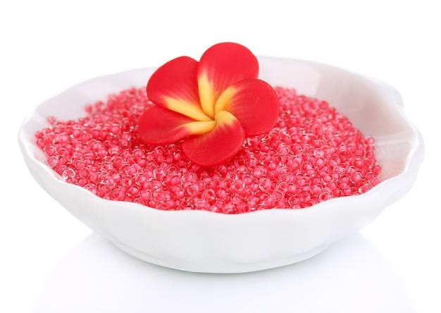 Красочные бусы с цветком ручной работы в тарелке, изолированной на белом