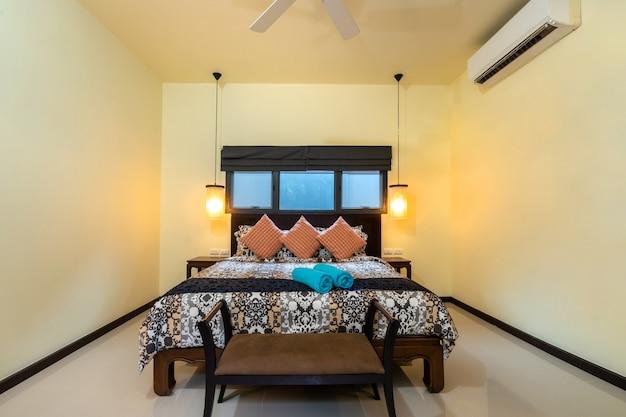 Красочное постельное белье в доме с уютной спальней