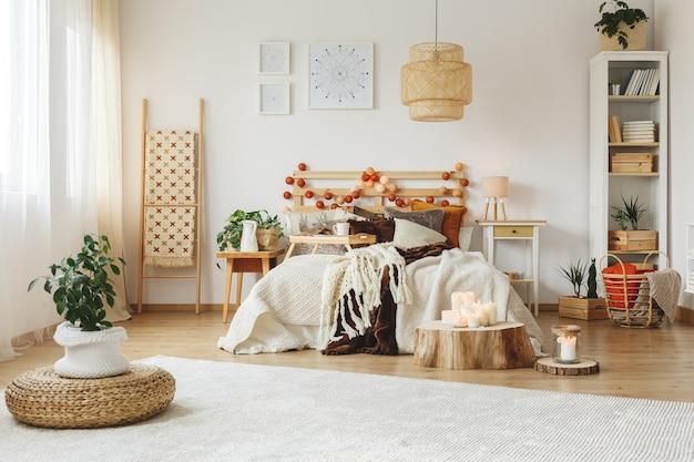 Красочная спальня с большим белым ковром на полу