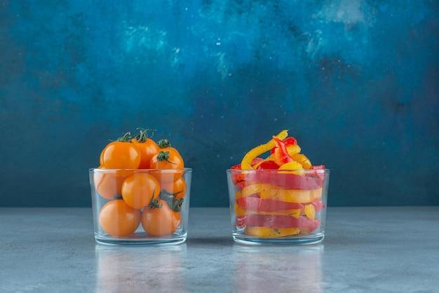 カラフルなピーマンのサラダとチェリートマトのガラスカップ。