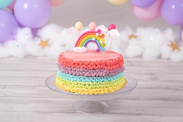 화려한 생일 케이크. 파스텔 컬러 풍선 무지개 케이크. 생일 축하.