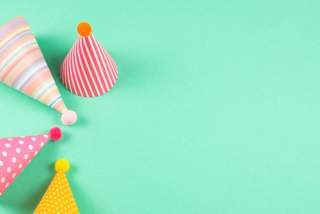 민트 바탕에 화려한 생일 모자입니다.