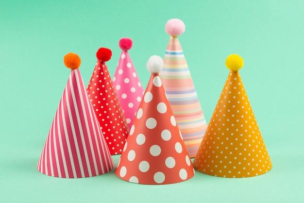 민트 바탕에 화려한 생일 모자
