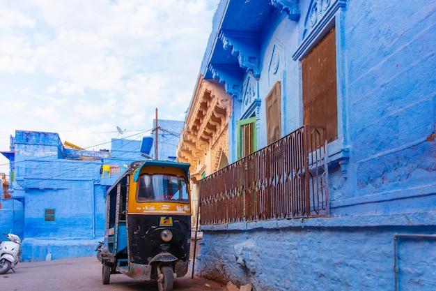 インドとトゥクトゥクの青い町のカラフルな青い建物