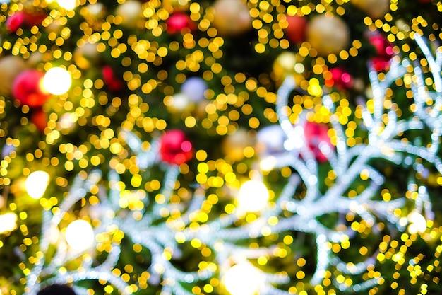 カラフルなぼんやりとしたクリスマスツリー、ゴールデンベルの背景 - メリークリスマス&新年