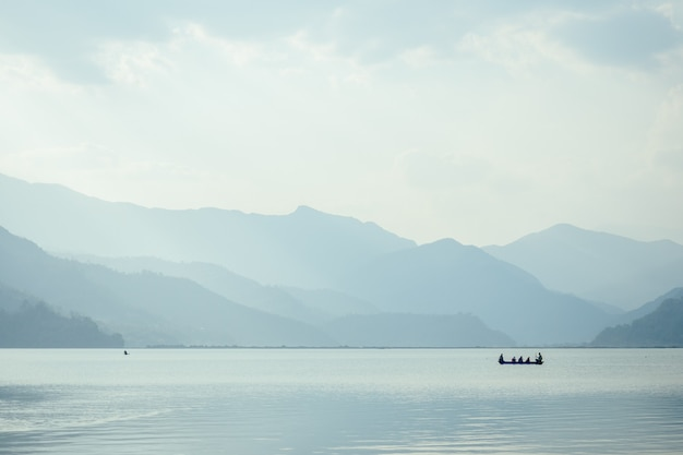 Разноцветные лодки и красивое озеро. понятие романтики и активного образа жизни.
