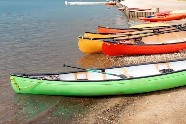 Красочные лодки на озере в пасмурный весенний день