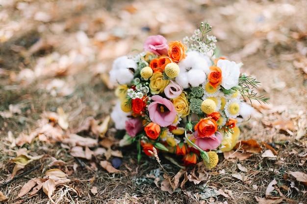 Красочный свадебный букет цветов в стиле бохо на природе