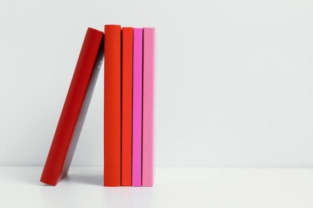 Cornice di libri colorati con spazio di copia