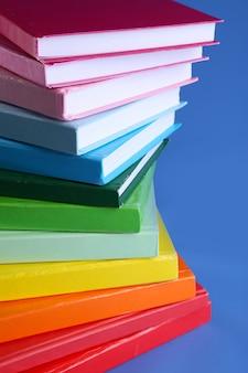 파랑에 화려한 책