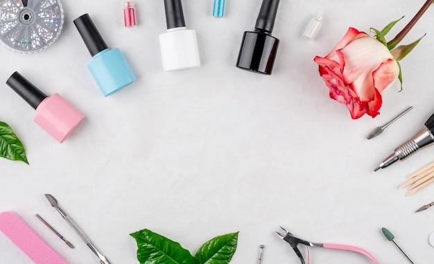 Разноцветные флаконы лаков для ногтей и инструменты и аксессуары для маникюрных и педикюрных процедур.