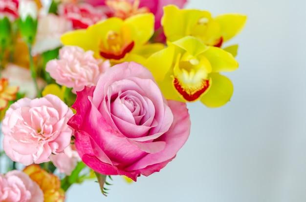 Красочный букет цветов на белом фоне для годовщины или концепции дня святого валентина.