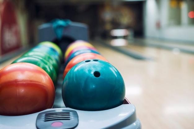 볼링 클럽에서 다채로운 볼링 공.