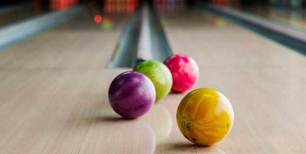 Разноцветные шары для боулинга на аллее