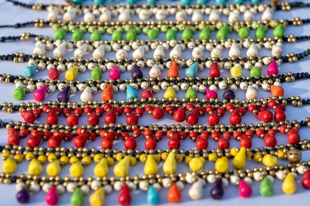 태국 야시장에서 판매되는 다채로운 팔찌. 거리 시장에서 관광객을 위한 기념품, 클로즈업