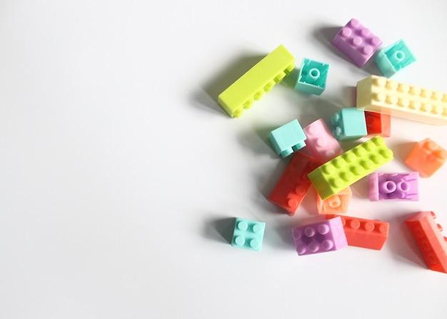 白い背景の上のカラフルなレンガやブロックのおもちゃ