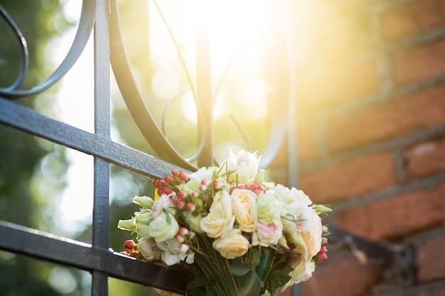 햇빛에 다른 꽃의 화려한 신부 아름다운 꽃다발