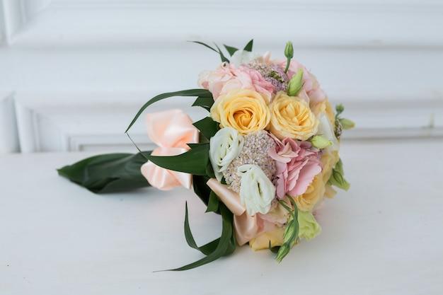 다른 꽃의 화려한 신부 아름다운 부케