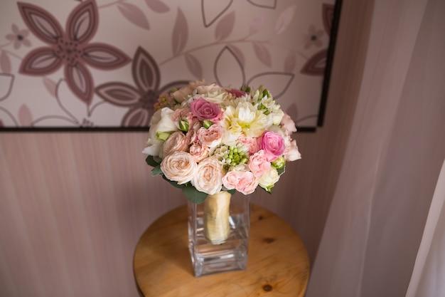 다른 꽃의 화려한 신부 파스텔 아름 다운 꽃다발입니다. 결혼식 여름 또는 봄 부케