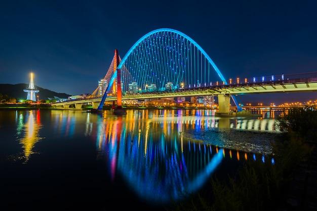 다채로운 다리와 반사 대전, 한국에서 엑스포 다리입니다.
